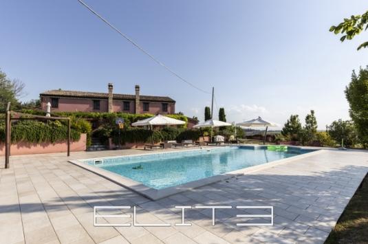 """""""Casale Girasole"""" con piscina"""